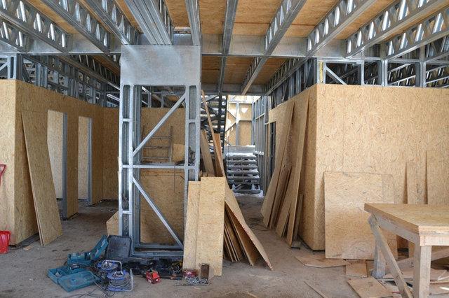27-29-й рабочий день - монтаж плит OSB на перегородки. На данном этапе, обшивка перегородок ведется только с одной стороны. Для того, что бы была возможность провести коммуникации внутри каркаса стен.