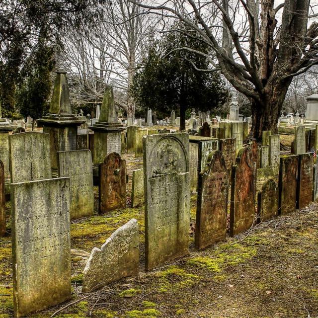 Старые надгробные памятники