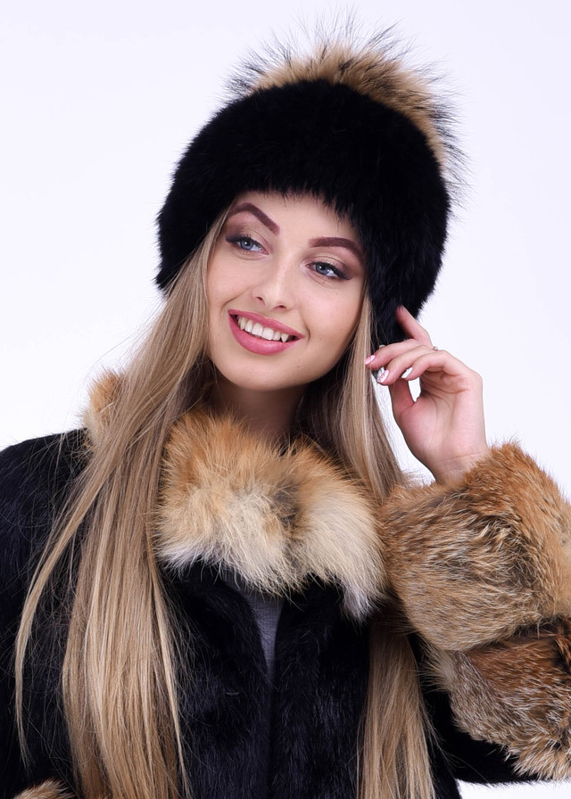 Женская меховая шапка с бубоном из енота