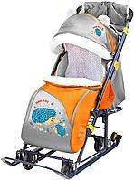 Санки-коляска Ника с механизмом качания и перекидной ручкой НД7-6/13 с ёжиком оранжевый/серый