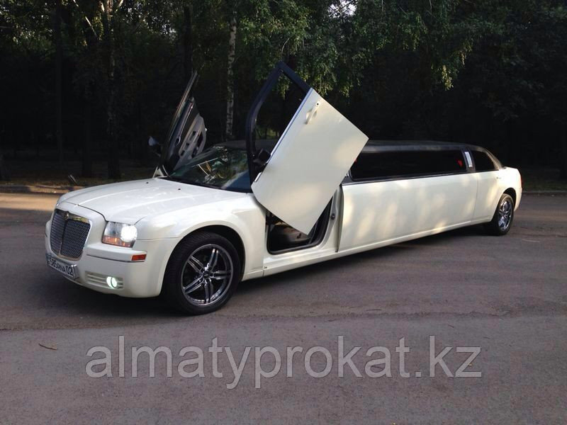 Аренда/прокат лимузина Chrysler 300C (Крайслер)