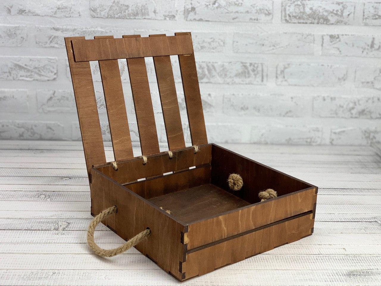 Деревянный ящик с откидной крышкой с покраской 25*25*8 см.
