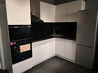 Кухонный гарнитур угловой. Белый, черный. Минимализм. 2,5*1,5
