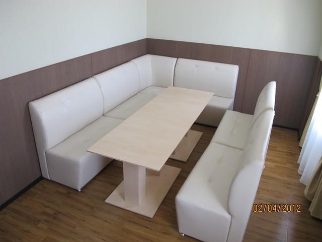 Столы и диваны для кафе
