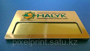 Металлический бейдж на золоте со сменной информацией на булавке