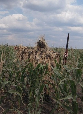"""Охотник в зеленом поле в  маскировочной накидке """"Егерь"""""""