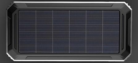 """На верхней стороне корпуса пуско-зарядного устройства """"JumpStarter Solar"""" установлена солнечная панель, делающая данный прибор полностью автономным"""