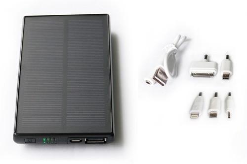 """Для того, чтобы зарядить мобильный телефон при помощи """"SITITEK Sun-Battery SC-09"""", нужно лишь соединить их при помощи кабеля и подходящего переходника (кликните для увеличения)"""