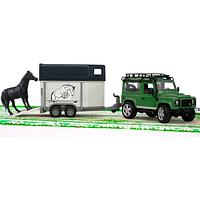 Внедорожник Land Rover Defender с прицепом-коневозкой и лошадью
