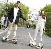 Оригинальная идея для свиданий, как же романтична поездка по парку вдвоем на борде.