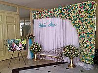 Свадебная фотозона из искусственных цветов с дополнениями
