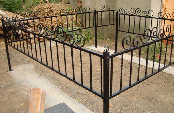 Кованые изделия оградки могильные