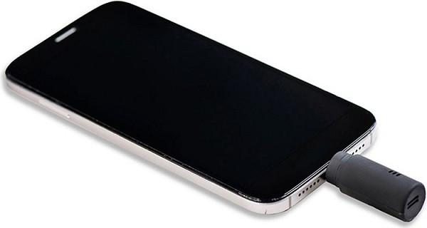 """Алкотестер """"Drink Mate"""", подключенный к смартфону через разъем Lightning"""
