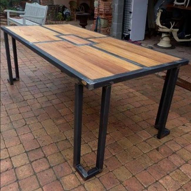 Металлический стол со столешницей из сосны в стиле Лофт
