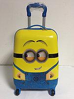 Детский чемодан для мальчика на 4-х колесах. Высота 46см,длина 32см,ширина 22см.