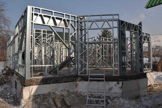 2-й день сборки конструкций. Установлены все панели стен первого этажа и перегородок.