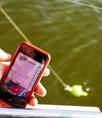 """Эхолот """"Vexilar SONARPHONE SP100"""" позволяет получать полноценную картинку о происходящем под водой на экран смартфона"""