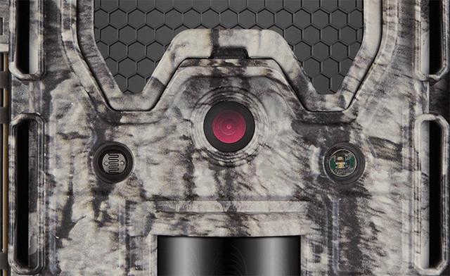 Передняя панель фотоловушки с объективом, ИК-подсветкой и датчиком движения