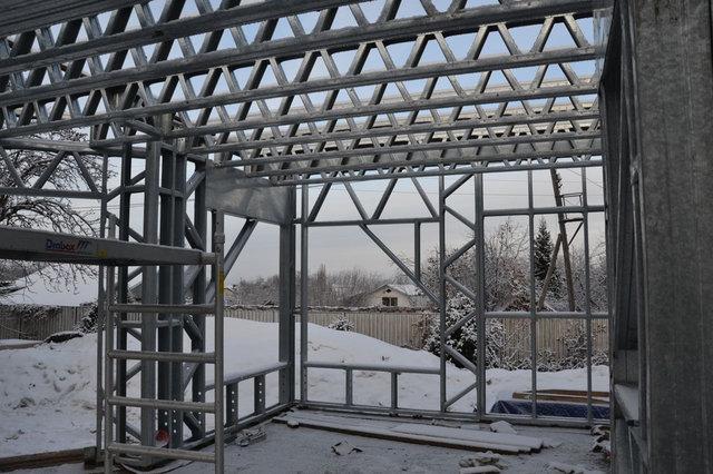 Два дня не было возможности работать из-за осадков, шел дождь с переходом в снег. 10-й день работы - монтаж балок перекрытия первого этажа.
